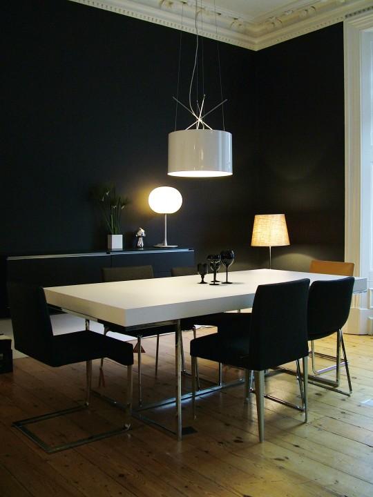 Intérieur design avec une table blanche et des chaises noires