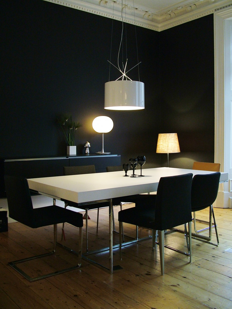 int rieur design avec une table blanche et des chaises noires. Black Bedroom Furniture Sets. Home Design Ideas