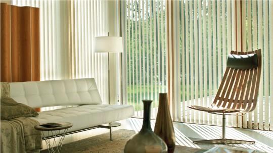 Store à bandes verticales de largeur moyenne Luxaflex