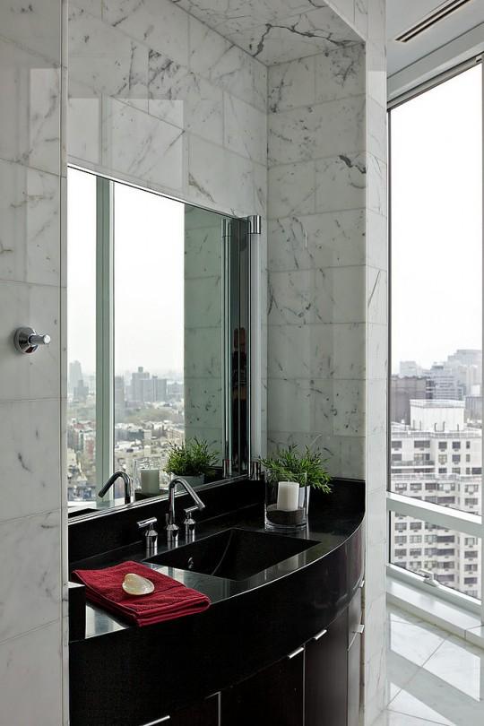 Salle de bain en marbre contemporaine dans un duplex à New-York