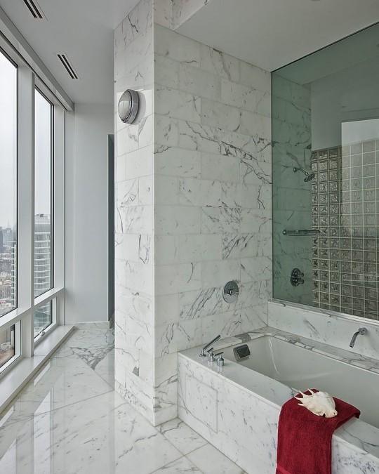 Salle de bain en marbre dans un appartement New-Yorkais
