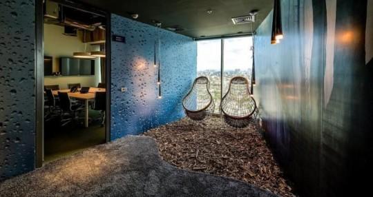 Les bureaux de Google à Tel Aviv : 2 fauteuils transparents suspendus