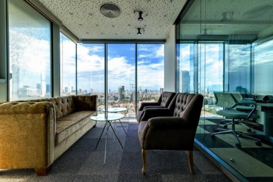 Les bureaux de Google à Tel Aviv : Espace détente avec un canapé et 2 fauteuils