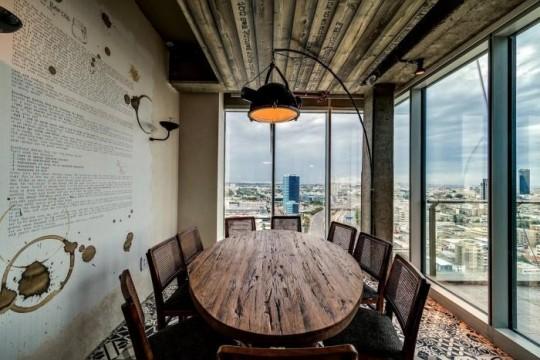 Les bureaux de Google à Tel Aviv : Une salle de réunion avec une déco rustique