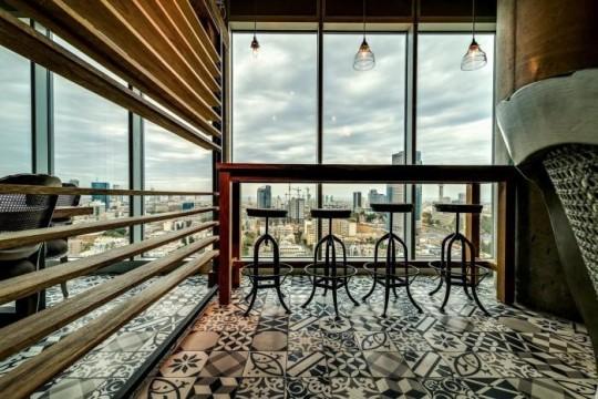 Les bureaux de Google à Tel Aviv : Espace bar avec vue sur la ville