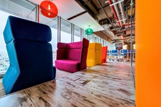 Les bureaux de Google à Tel Aviv : canapés design en couleur