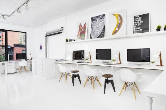 Un bureau blanc avec une chaise Eames DSW