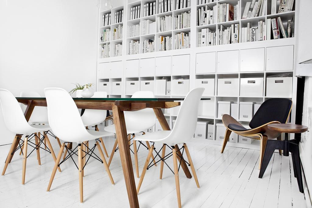 Table en bois et chaise eames dsw dans un bureau design for Studio design sillas