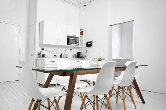 Bureau New-Yorkais blanc avec une table en bois et des chaises Eames DSW