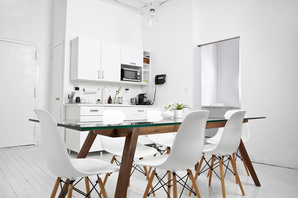 Bureau new yorkais blanc avec une table en bois et des for Table et chaise bois blanc