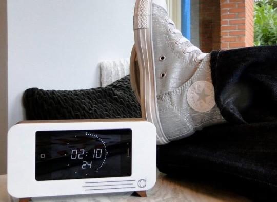 Cdock : Dock iPhone en bois + horloge rétro