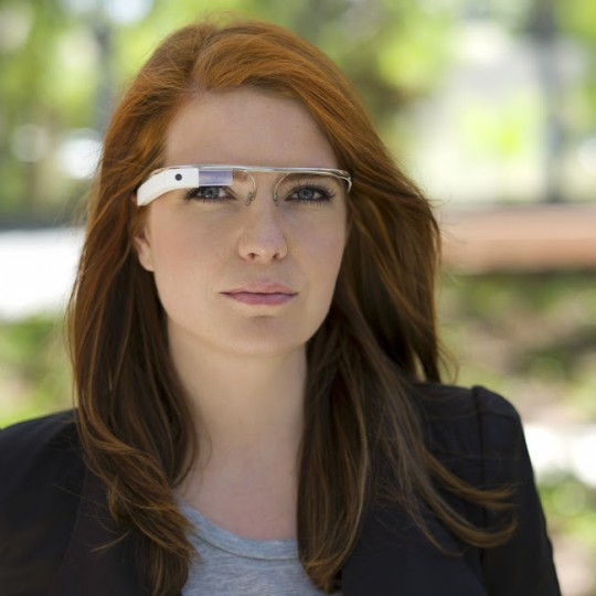 Isabelle Olsson porte des lunettes Google Glass