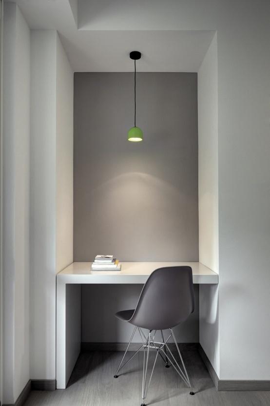Id e d co un petit bureau blanc devant un mur gris for Petit bureau gris