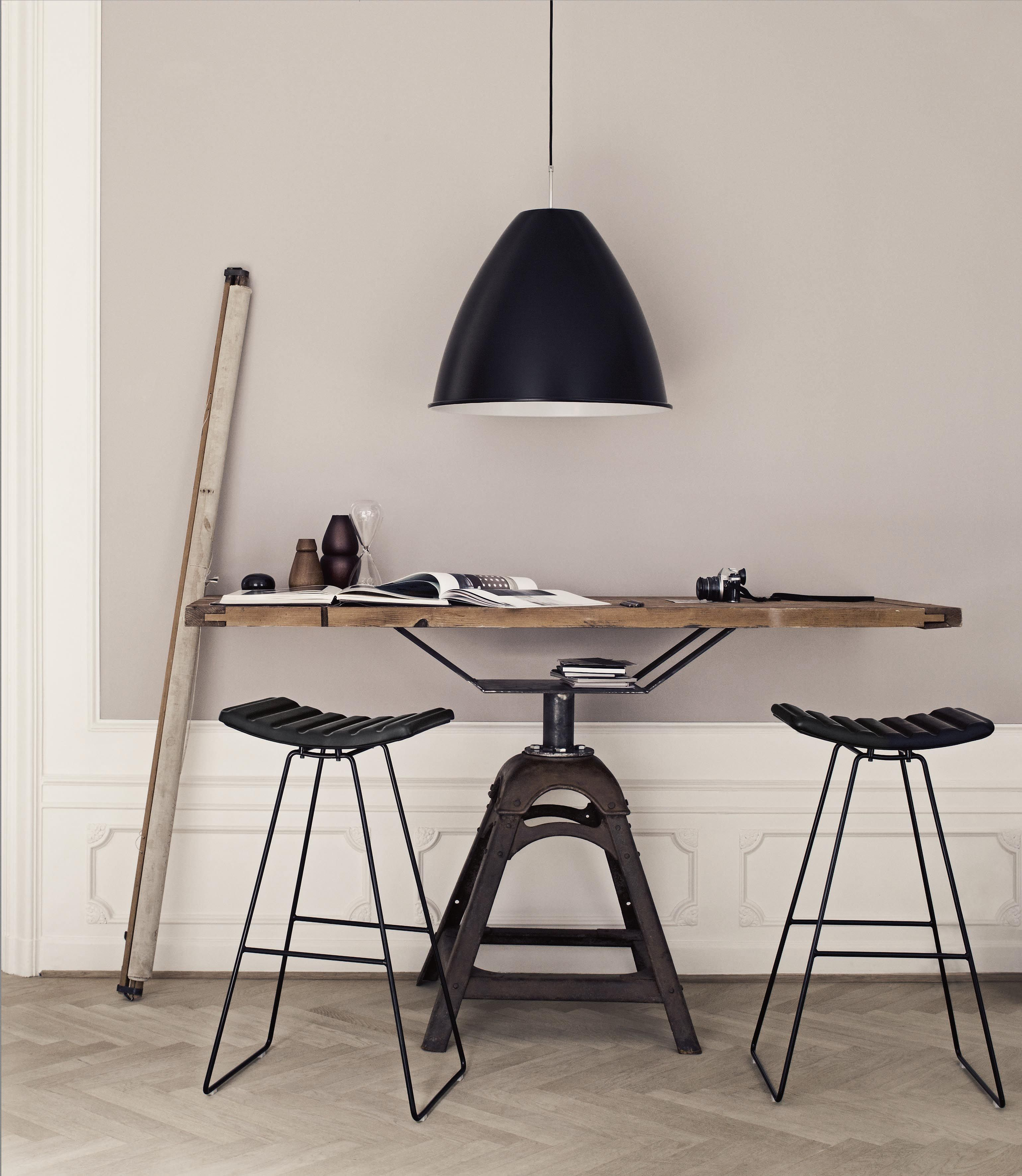 suspension industrielle gubi bestlite au dessus d 39 un bureau. Black Bedroom Furniture Sets. Home Design Ideas