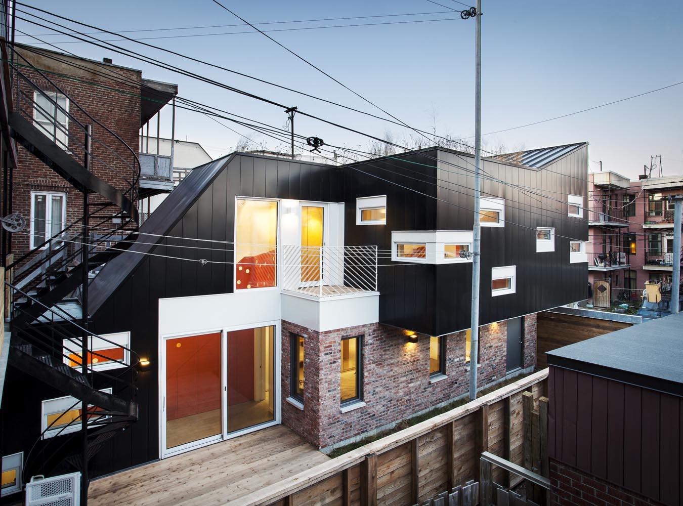 Extension d'une maison en quintuplex à Montréal par Nature Humaine