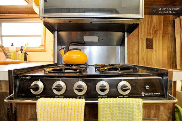 gazini re dans une caravane am ricaine des ann es 70. Black Bedroom Furniture Sets. Home Design Ideas