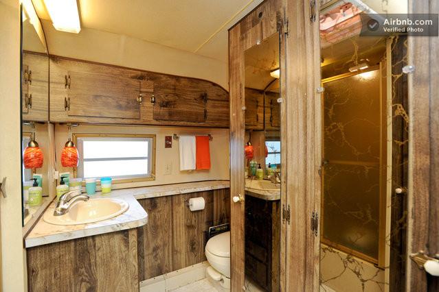 int rieur d 39 une caravane am ricaine des ann es 70. Black Bedroom Furniture Sets. Home Design Ideas