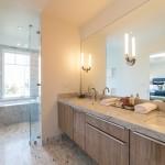 Salle de bain avec double vasque dans une maison des années 30 à San Francisco