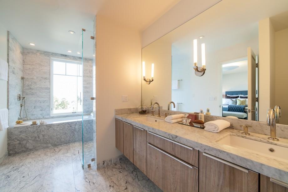 Salle de bain avec double vasque dans une maison des for Salle de bain annee 30
