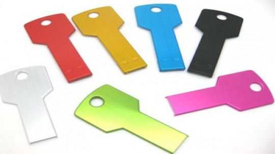 Clé USB en forme de clé de différentes couleurs