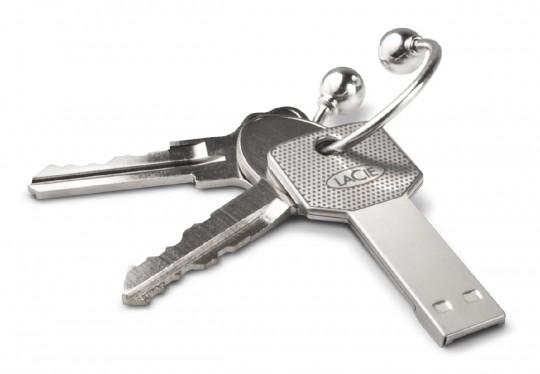 Clé USB attachée à un trousseau de clés