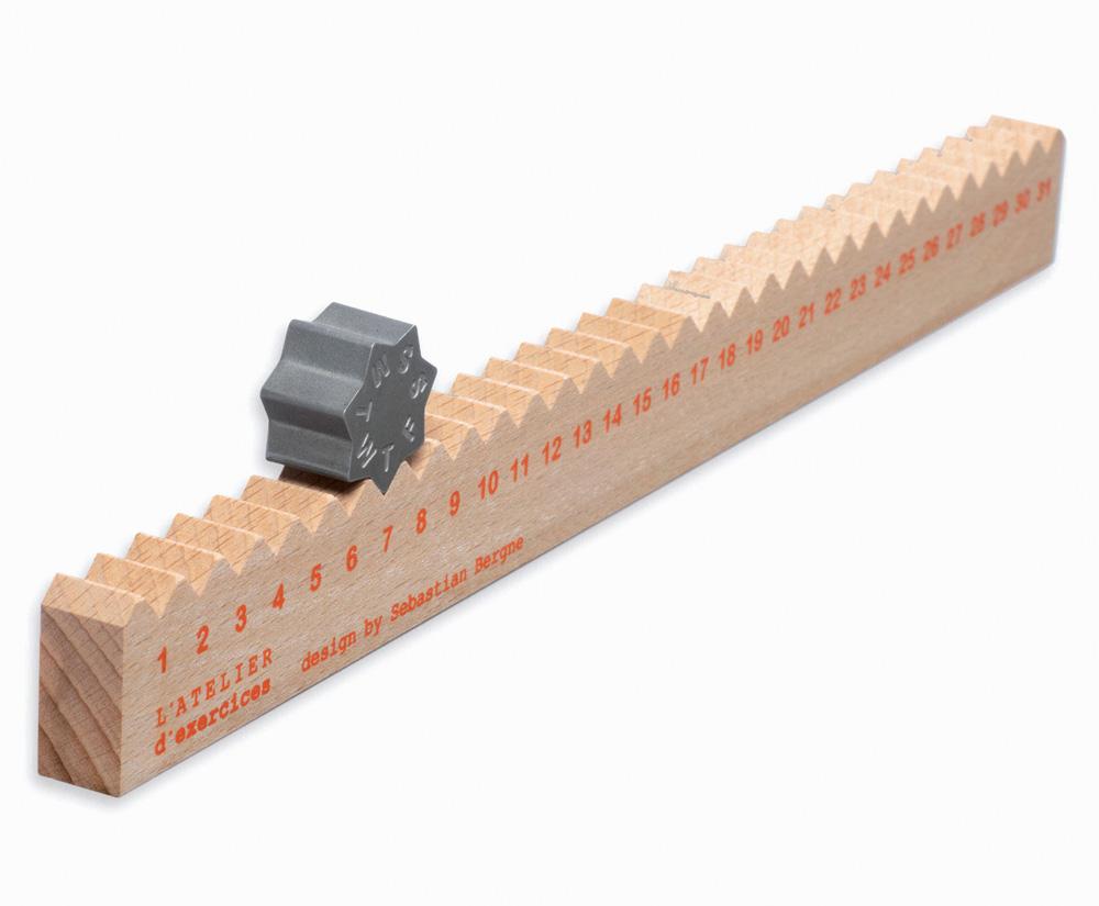 La règle du temps, une règle en bois et un calendrier universel
