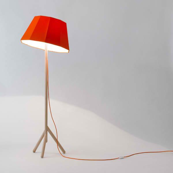lampadaire faces avec un abat jour rouge et un pied en bois faces par mon colonel. Black Bedroom Furniture Sets. Home Design Ideas