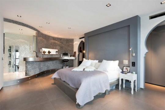 Chambre contemporaine dans une villa esprit loft