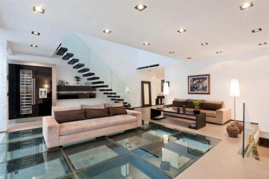 Villa contemporaine avec un sol en dalles de verre