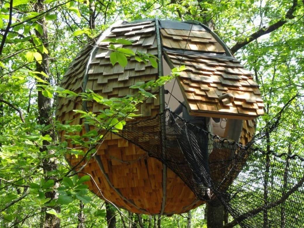 Lov'nid, la cabane sphérique suspendue dans un arbre