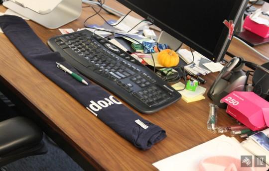 Dropbox office - bureau avec un repose-poignets fabriqué avec un t-shirt