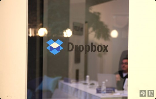 Dropbox office - vitre avec le logo Dropbox