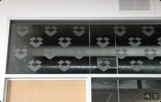 Dropbox office - vitre gravée avec des logos de boites ouvertes