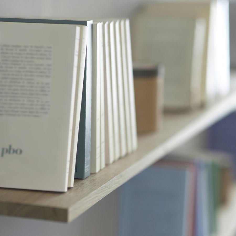 Sur cette bibliothèque, ce sont les livres qui portent l'étagère (et pas l'inverse !)