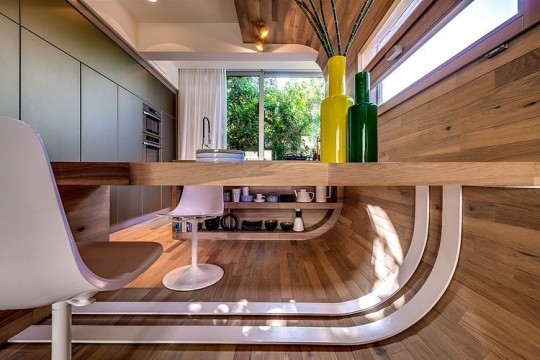 Appartement cosy Tel Aviv - Bureau en bois intégré avec le mur