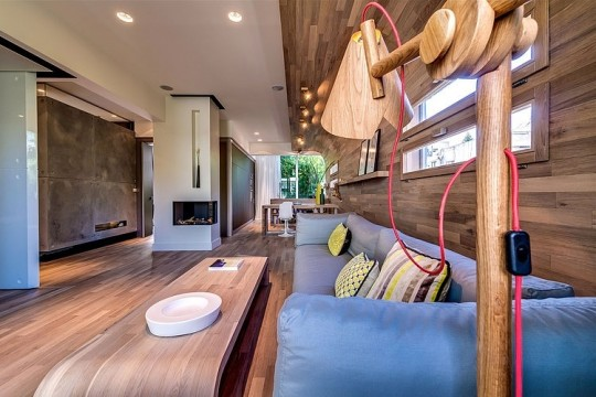Appartement cosy Tel Aviv - Lampadaire en bois avec un fil rouge