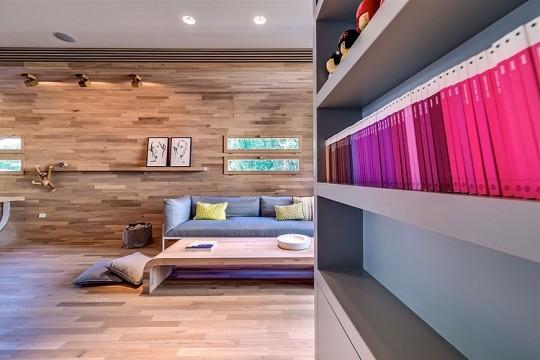 Appartement cosy Tel Aviv - salon avec des murs couverts de bois
