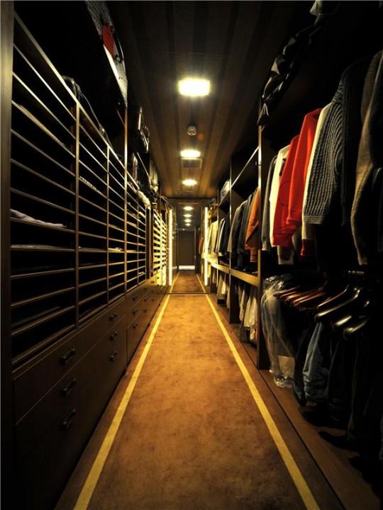L'appartement avec 1 chambre le plus cher du monde - le dressing couloir le plus long