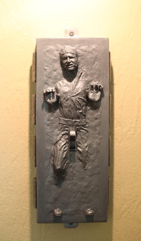 Star Wars : L'interrupteur (indécent) de Han Solo congelé dans la carbonite