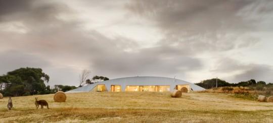 Maison Croft par James Stockwell - maison design au milieu d'un champs