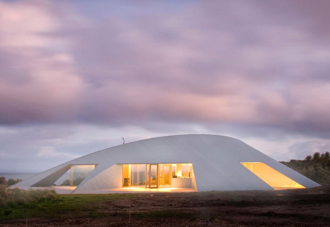 Une maison (soucoupe volante ?) posée au milieu d'un champ
