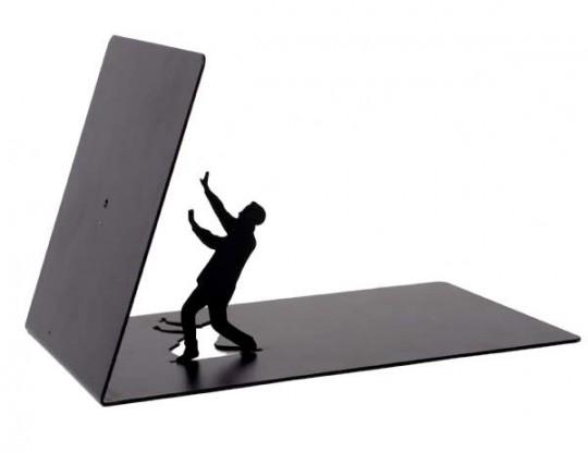 Serre-livre un petit bonhomme noir avec un livre qui lui tombe dessus