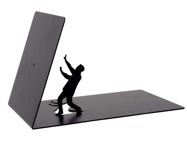 serre livre un petit bonhomme noir avec un livre qui lui tombe dessus. Black Bedroom Furniture Sets. Home Design Ideas
