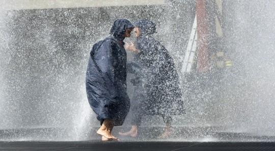 Sous la plus grande douche à effet pluie