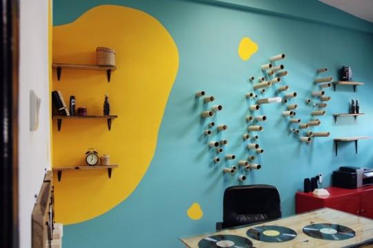 Bureaux Webshake - W dessiné avec des bouts de tuyau sur le mur