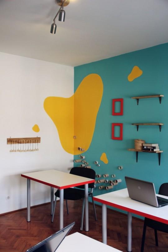 Bureaux Webshake avec un mur bleu turquoise