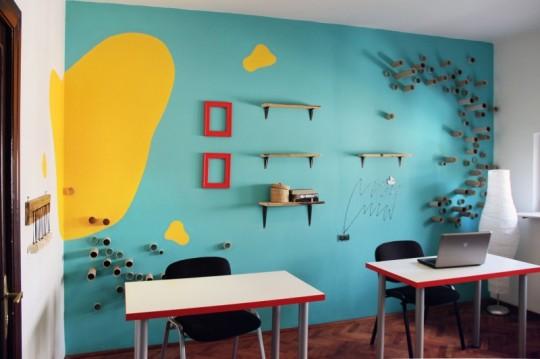 Bureaux Webshake avec un mur bleu turquoise et jaune