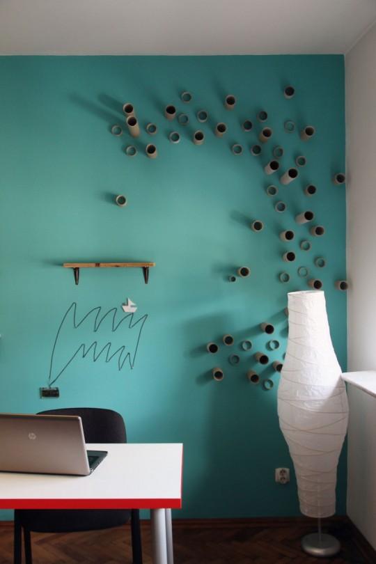 Bureaux Webshake avec un mur décoré avec des bouts de tuyau en plastique