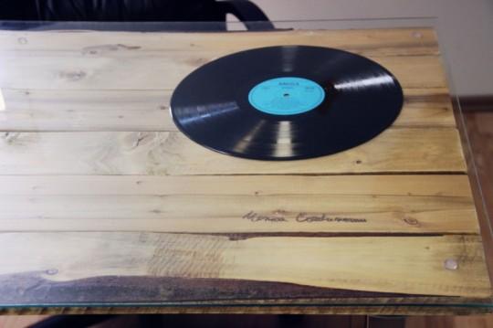 Bureaux Webshake - disque vinyl sous verre sur le plateau d'un bureau