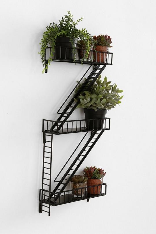 une tag re fa on escalier de secours new yorkais. Black Bedroom Furniture Sets. Home Design Ideas